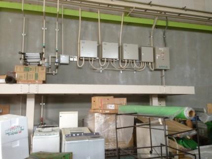 倉庫内の壁面に3台設置